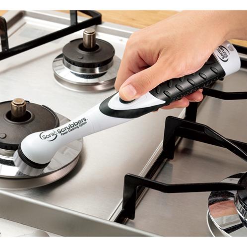 ブラシやパッドに用途に合わせた洗剤を付けて高速で磨き上げる。
