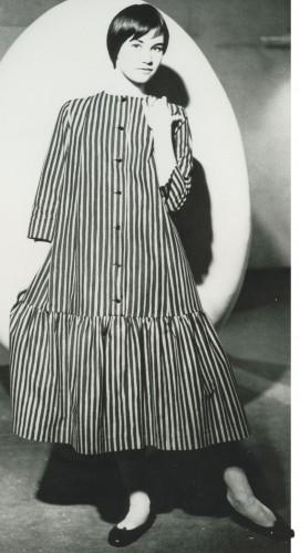 ドレス≪キヴィヤルカ≫、1957年 ファブリック≪ピッコロ≫(ピッコロ[擬音])、1953年 服飾・図案デザイン:ヴオッコ・ヌルメスニエミ Design Museum Archive