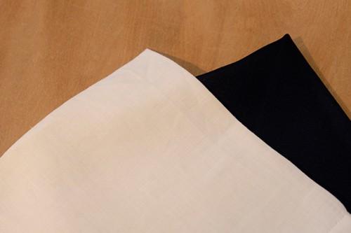 白麻のポケットチーフはフォーマルからビジネスまでオールマイティーに使用可能。通夜や葬儀などの際には黒のポケットチーフが無難。