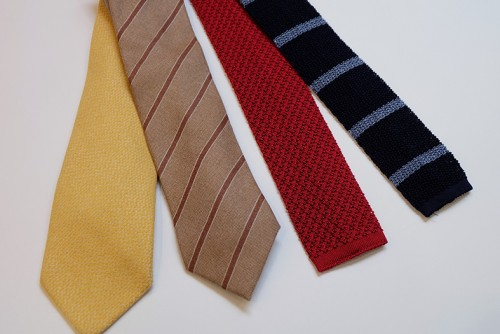 写真左側2本が秋冬におすすめのカシミア素材のタイ。右側2本が春夏におすすめの透け感のあるニットタイ。