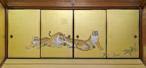 大方丈「虎の間」に描かれた虎の絵。向かって左に襖を右に引くと2匹の虎になる。