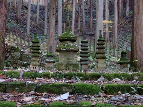 常楽寺の石造多宝塔。