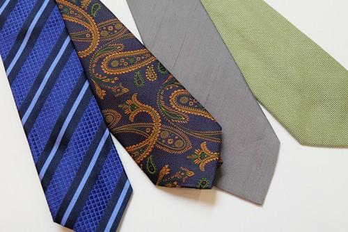写真左側2本がジャカードのタイ。右側2本がロウシルクのタイ。