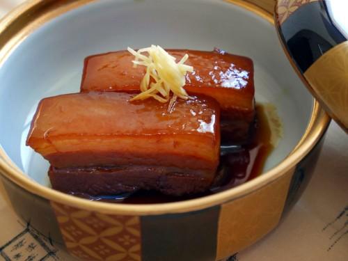 醤油の照りがいかにも美味しそうな醤油仕立てのラフテー。箸で切れるほどの軟らかさです。