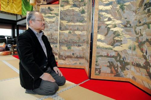 大坂城から脱出したお宝、洛中洛外図屏風に見入る安部龍太郎氏。