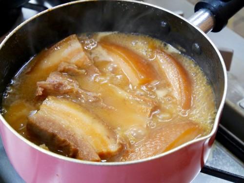④:③に分量外の鰹だしで溶いた白味噌を2回に分けて加え、弱火で肉が軟らかくなるまでさらに1時間煮込む。