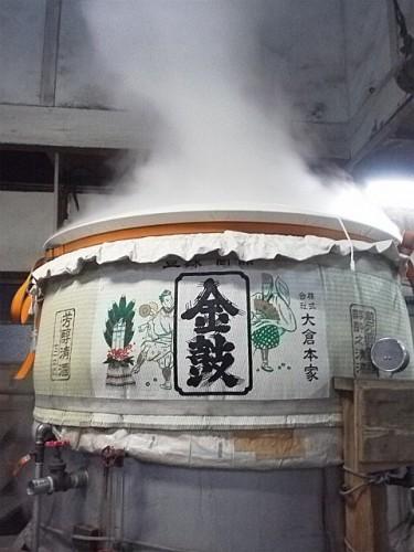 米を蒸している最中の甑。