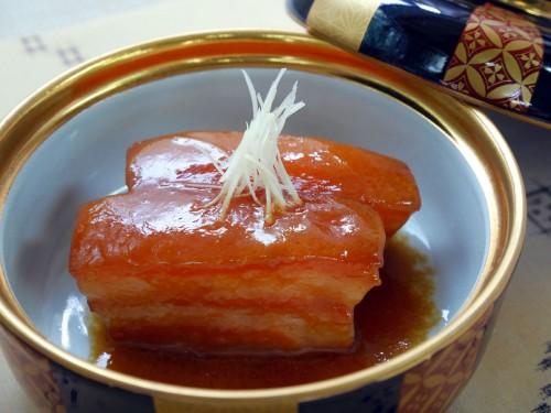 ⑤:器に④を盛り付け、たっぷりの煮汁をかけ、針生姜を天盛りにして供する。