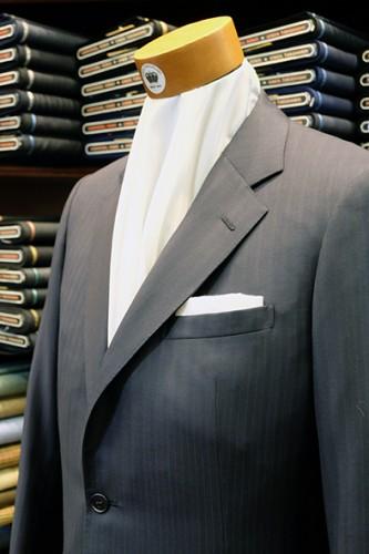 スーツに白麻のポケットチーフをTVフォールドにして挿した例。