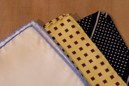 ビジネススーツにもあうシルク素材のポケットチーフの例。
