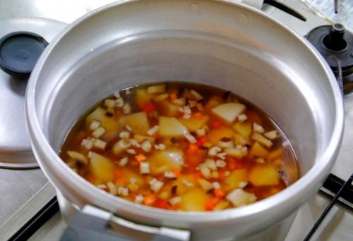 ⑤鍋に①~④までの材料とだし、分量の調味料を加えて、普通のご飯を炊く要領で炊く。
