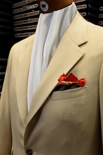 ジャケットに柄物のポケットチーフをクラッシュにして挿した例。