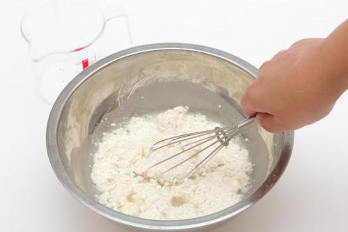 (1)小麦粉を水で溶く。