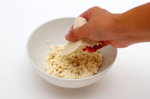 ①豆腐の水を良く切って、手で潰す。
