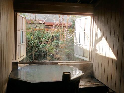 酒樽を使用した貸切風呂。