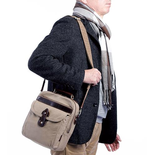 小振りな作りで人混みの中でも軽快に動ける。旅先での街歩きバッグとしても便利。手持ちのハンドルも牛革製のしっかりした作り。