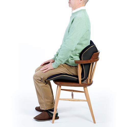 食卓椅子の上にものせられる。左右から腰を包み込むようにサポート、座面もしっかりと体重を支え、前後左右のブレを軽減する。