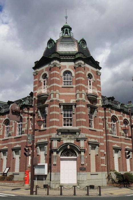 角地にドームを掲げ、屋根に窓や塔をリズミカルに配置して変化に富んだ意匠とするのが、辰野の作風の最大の特徴である。
