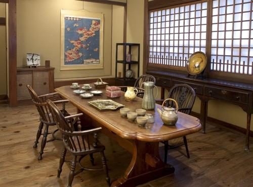 旧柳邸応接室に並ぶB・リーチ、河井、濱田、芹沢作品(写真はイメージです)