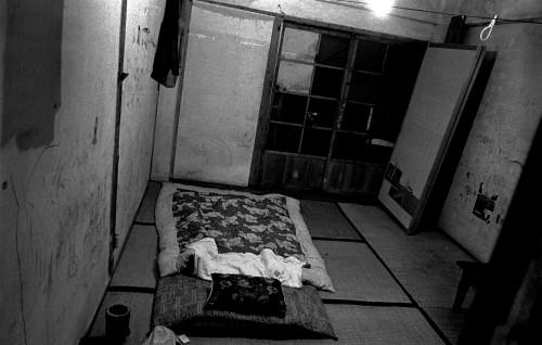 ・僕が暮らした30号棟の304号室。壁は落書きだらけで、薄暗かった。