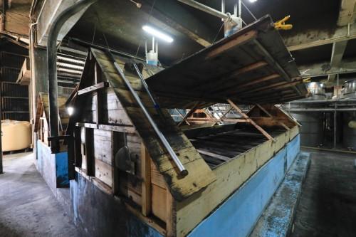 三角屋根が特徴の木製麹棚。蒸した米に黒麹菌を加えたものを、この麹棚に移し、40℃前後の適温に保ってでき上がりを待ちます。