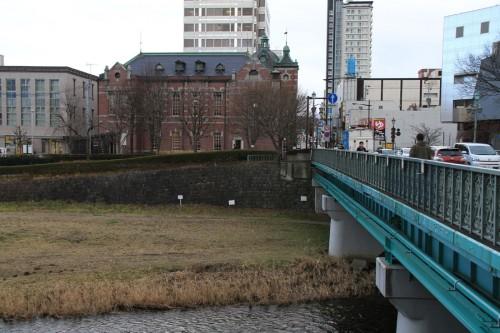 中津川から見た「岩手銀行旧本店本館」は屋根の水平性が強調され、市街地側から見た景色と大きく異なって見える。