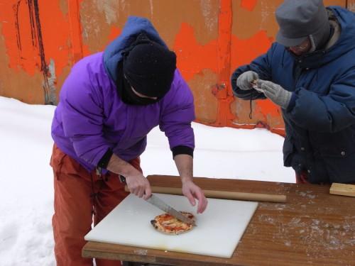 記念すべき一枚目のピザ!ザクッと美味しい音が響き渡る!