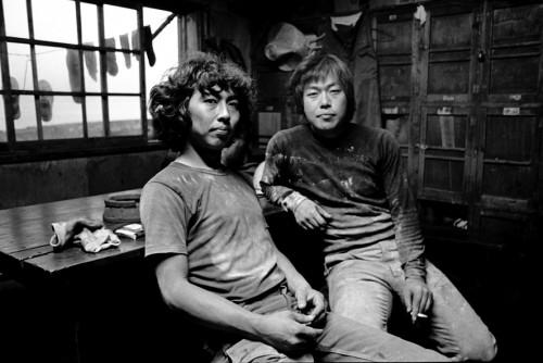 軍艦島で仕事を始めた頃の僕(左)と、親友の大橋弘君(右)。大橋君ものちに写真家になった。