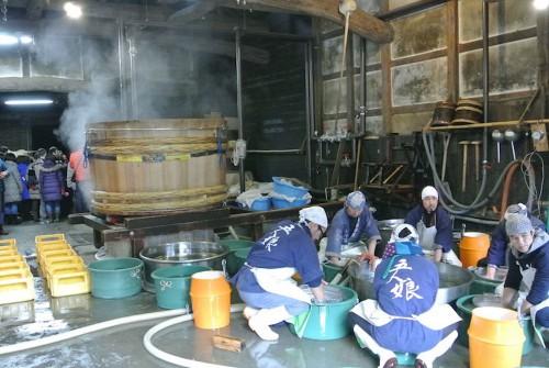 「舞」のような洗米作業。