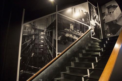 階段の壁には、写真家の高橋昌嗣氏が撮影した往時の軍艦島の写真がずらりと並ぶ。