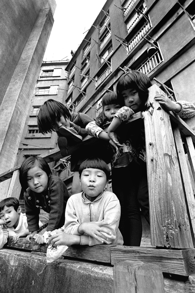 カメラを構えると、子供たちがもの珍しそうに集まってきた。30号棟の近くで撮影。
