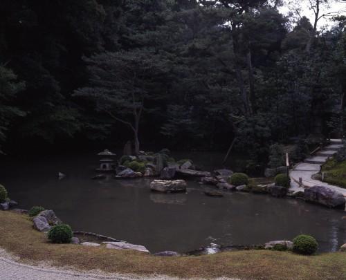 池泉回遊式の方丈庭園。