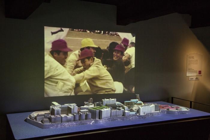 軍艦島の模型の背景に、島の様子を撮影した映像が流れる。