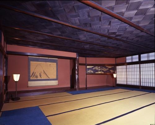網代の間。天井が網代に組まれている。床の間の軸は季節によって掛け替えられる。
