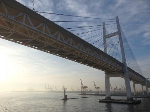 横浜ベイブリッジをくぐり、港へ。