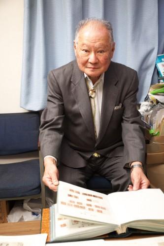 コレクションを前にインタビューに答える手嶋さん。「切手蒐集は楽しい趣味。ぜひ若い人たちも仲間に加わっていただきたいですね」と話す。