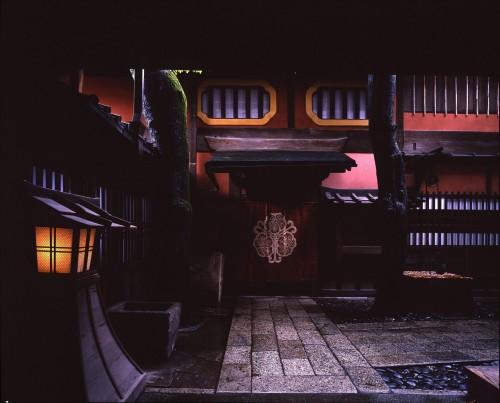 中戸口全景。正面に家紋を白抜きにした暖簾が掛かる。