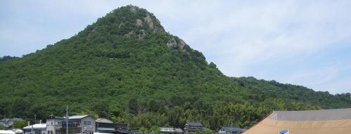 単線ローカル近江鉄道の太郎坊宮前駅から北に見上げる赤神山。
