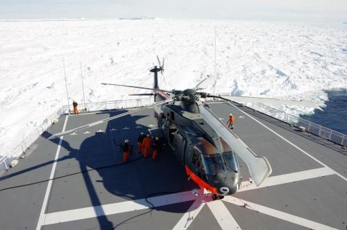 ヘリコプター発艦準備。