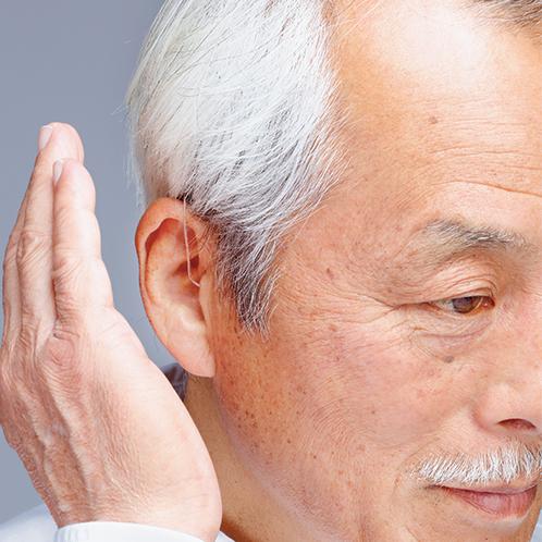 手のひらを丸め、軽く耳を叩くようにすると、風圧により1段階音量が変わる(音量は4段階)。突発的な大きな音は抑制する。
