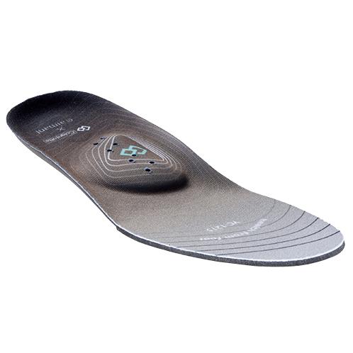 中敷きは足のアーチに合わせてあるので、フィット感がよい。重心移動もスムーズで、バランスのよい歩行をサポートする。