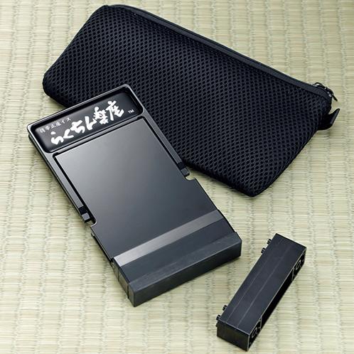 携帯用のケースが付く。