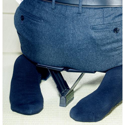 脚を折り曲げてから尻を載せると楽。床との接触面はゴムを使用しているので、畳や床板を傷つける心配はない。