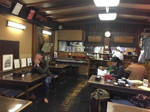 懐かしい町蕎麦の風情が味わえ、味にも妥協のない点、東京でも指折りの名店ではないか。店を入って左手には囲炉裏を配したテーブルがあり、家族客がすっかり寛いでいた。