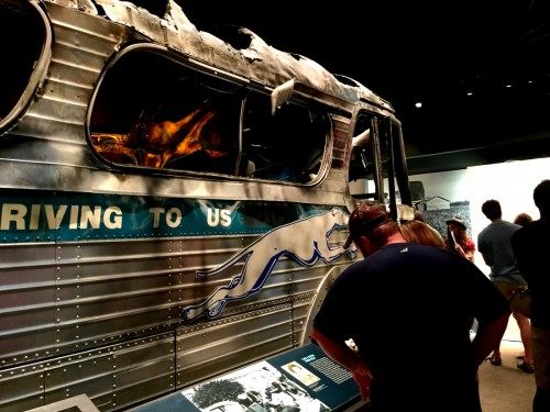 黒人解放を訴え、黒人6名と白人7名がグレイハウンドバスに乗り込んでワシントンを出発した「フリーダムライド」運動。ところが、アラバマ州バーミングハムで襲撃されてしまう。炎上するバスの様子を再現した展示だ。