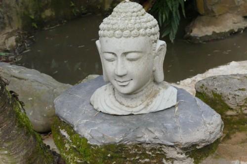 無造作に置いてある仏陀の頭  (C)Azusa Shiraishi