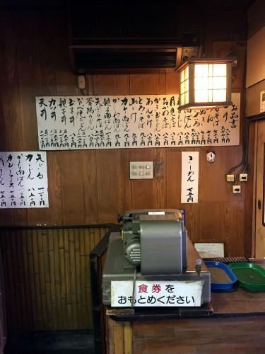 最初に食券を買うシステムだが、忙しい昼時以外、後会計にも応じてくれる。まさに骨董品的な手刷りの券売機と算盤が健在なのが嬉しい。