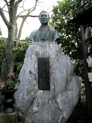 壬生塚に立つ近藤勇の像。