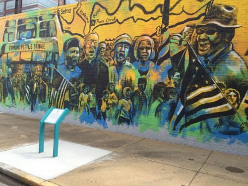 壁にも公民権運動を描いた絵がある。公民権運動を推し進めるデモ隊が、アラバマ川に架かる橋で州兵と衝突した事件が題材だ。