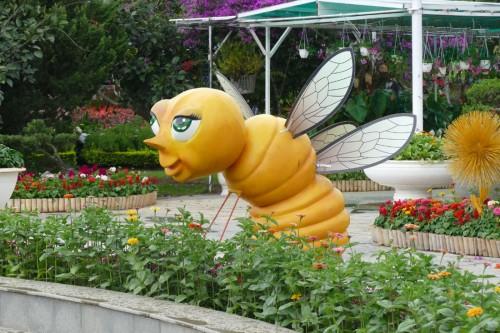 巨大なミツバチがお出迎え (C)Azusa Shiraishi